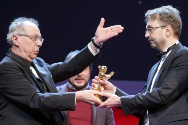 Calin Peter Netzer (derecha) recoge el Oso de Oro del festival de Berlín a la mejor película