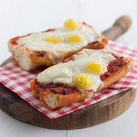 Panini de sobrasada, queso y huevos de codorniz, receta de aperitivo o almuerzo ligero