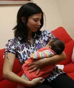 Madre echada de una biblioteca pública por amamantar a su bebé