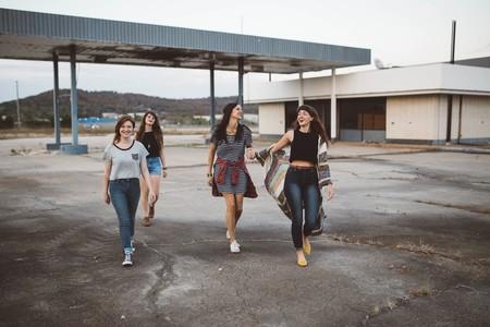 grupo de chicas adolescentes andando por una gasolinera abandonada