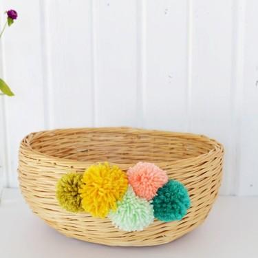 Hazlo tú mismo: una cesta decorada con pompones de colores