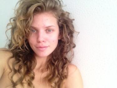 AnnaLynne McCord se une al Twitter sin maquillaje: ¿alguien necesita Clearasil?