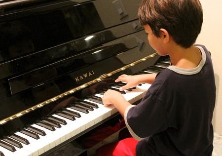 niño-tocando-el-piano