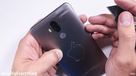 La resistencia del Huawei Mate 9 es puesta a prueba y así es como sale librado