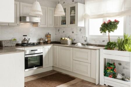 Planes de verano: Cocinar en una cocina abierta y luminosa