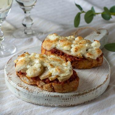 Tostas gratinadas de sobrasada con pera y queso de cabra para un picoteo cargado de sabor
