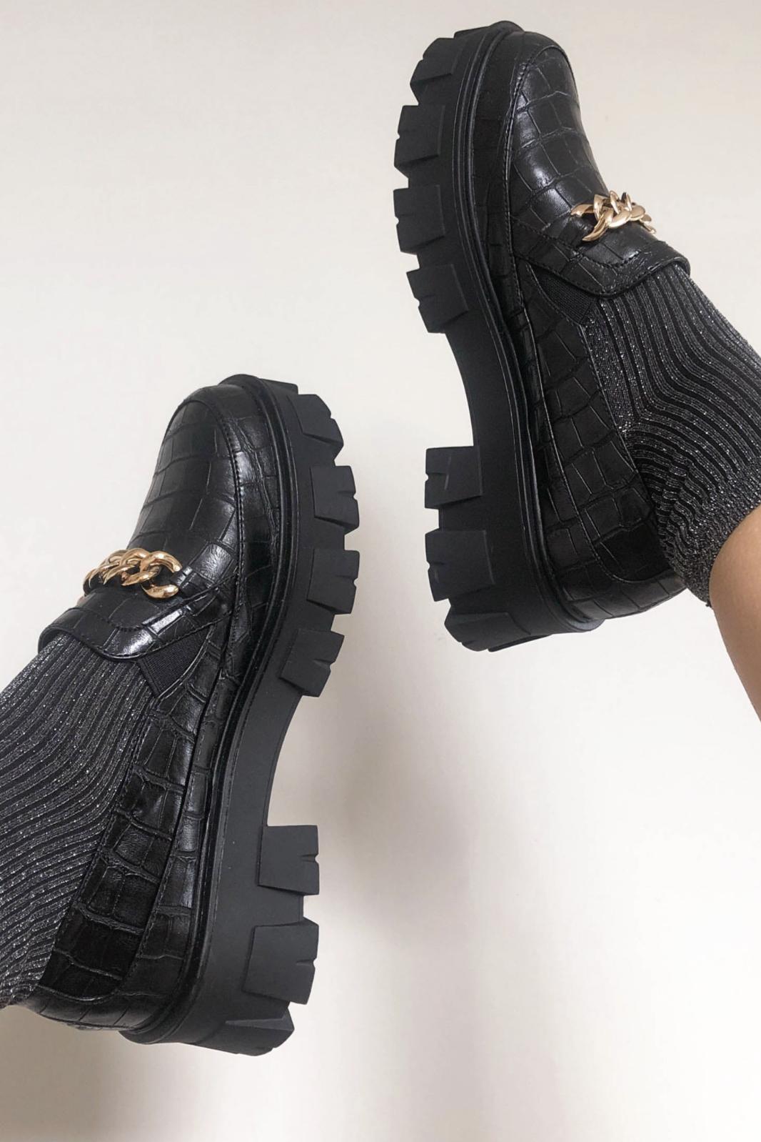 Zapatos planos con suela gruesa de color negro efecto piel de cocodrilo y detalle de cadena dorada Alessio de Raid