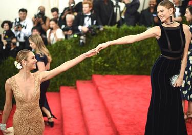 Candice Swanepoel y Behati Prinsloo, las mamás que no serán ángeles este 2016