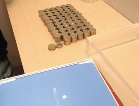Imagen de la semana: un chico compra un iPad en la Apple Store... con 594 monedas de un euro