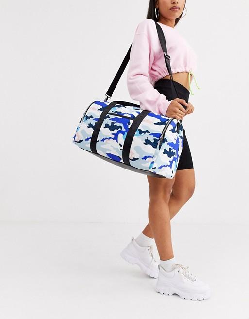 Bolso barrel con estampado de camuflaje de Juicy Couture.