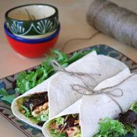 Wraps o rollitos de pollo con chiles en adobo, brotes verdes y queso. Receta