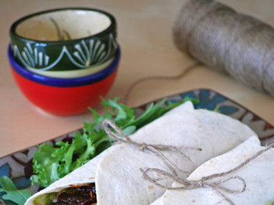 Wraps o rollitos de pollo con chiles en adobo, brotes verdes y queso. Receta