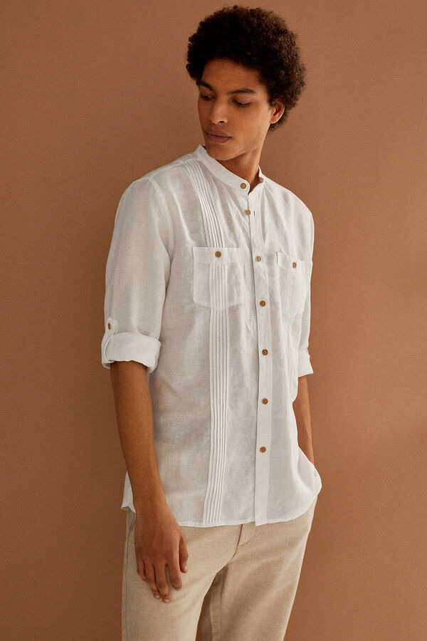 Camisa de manga larga, regular fit, en tejido de lino/algodón orgánico. Cuello tipo mao. Dos bolsillos en pecho. Mangas enrollables. Estilo cubano.