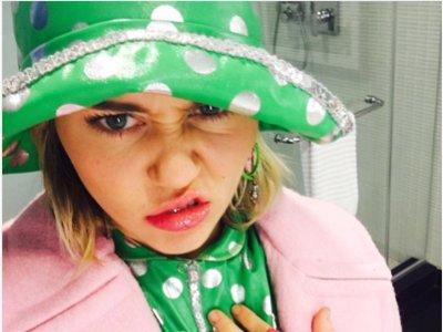 Miley Cyrus vuelve a lucir el pedrusco de Liam... ¡y se muda!