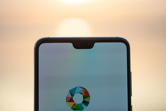 ¿Adiós al notch? Huawei, Apple y Samsung se plantean pantallas con un agujero para la cámara frontal