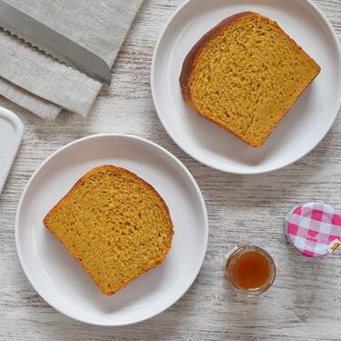 Pan de molde de boniato (o calabaza) tierno y esponjoso, la receta perfecta para quedarse horneando en casa