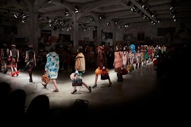 Prada vuelve a enamorar a todos, así ha sido su espectacular desfile para el próximo invierno en Milán