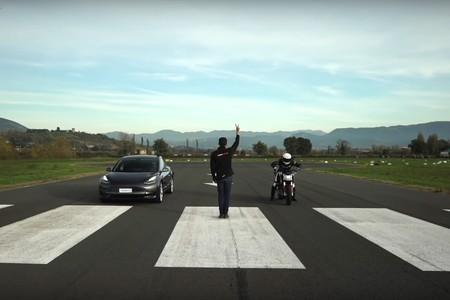 Esta carrera entre la Zero SR/F y el Tesla Model 3 Performance es el regalo que le faltó a Papá Noel
