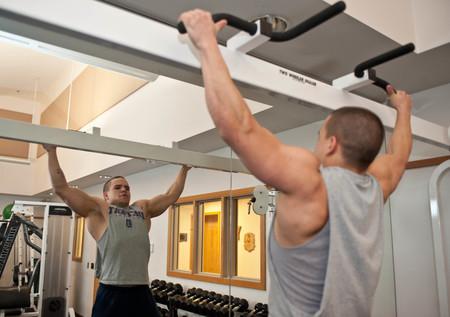 Colocar correctamente las piernas en las dominadas, las flexiones y el curl de bíceps