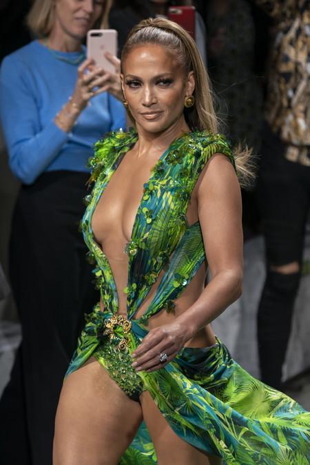 Versace ha presentado su nueva colección Primavera-Verano 2020 (reviviendo su diseño más icónico de la mano de J.Lo)