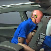 """""""No me pongo el cinturón en el asiento trasero porque no es tan peligroso"""". Mira cómo acaba este dummie"""