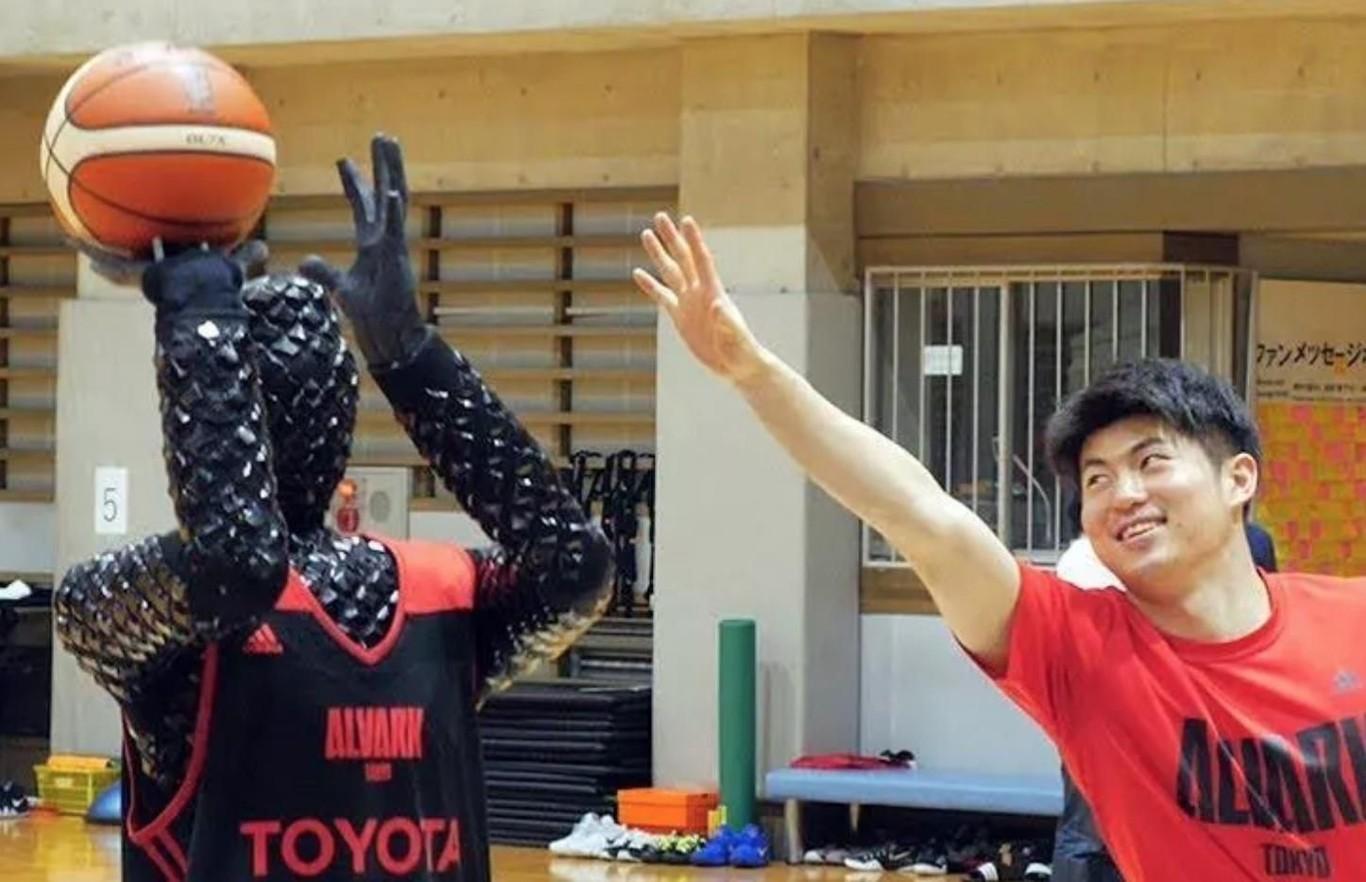 Este robot basquetbolista creado por Toyota no será el próximo Jordan... pero por algo se empieza