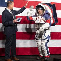 Se retrasa el regreso a la Luna: la NASA tiene problemas con el desarrollo de sus trajes y Elon Musk ofrece a SpaceX para solucionarlo