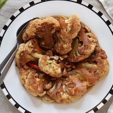 Coliflor en adobo, la versión vegana de una receta filipina que transforma por completo esta verdura