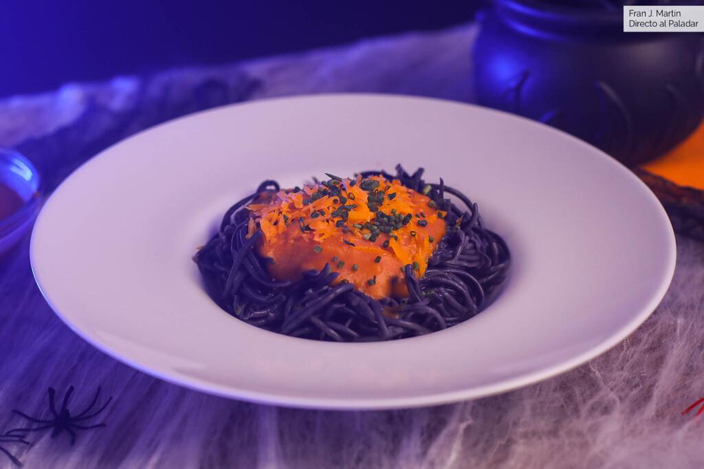 Pasta nero di seppia con salsa picante de calabaza para Halloween