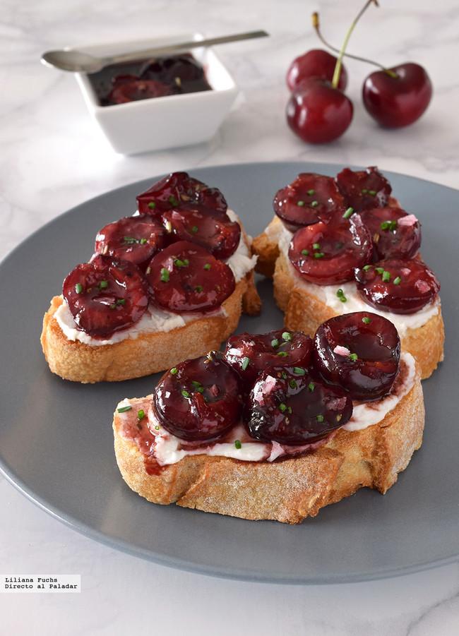 Crostini o tostas de cerezas agridulces con queso de cabra
