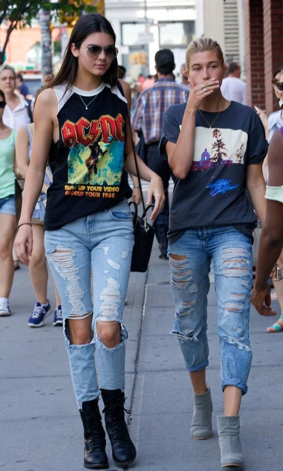 Kendall jenner y hailey baldwin con el look perfecto para for Kendall and kylie vintage t shirts
