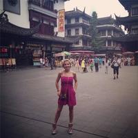 Atención al look de Elsa Pataky de turismo por Shanghai