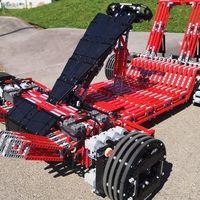Este kart está hecho con más de 7.000 piezas de LEGO, tiene 32 motores eléctricos y se conduce con el móvil
