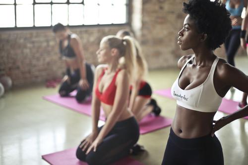 Aprende a combinar clases colectivas y entrenamiento en la sala de fitness