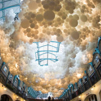 Una nube de 100.000 globos iluminados; sí, el arte puede ser maravilloso