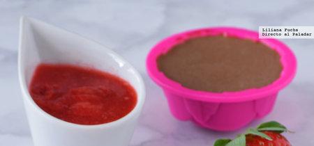 Pannacotta de chocolate al haba tonka con salsa rápida de fresas. Receta de San Valentín