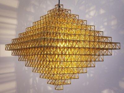 Las lámparas diseñadas con latón son tendencia este verano y brillan con luz propia