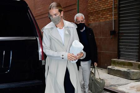 Rosie Huntington-Whiteley nos inspira con sus últimos estilismos perfectos para ir al trabajo (o al supermercado)