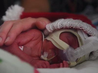 La emotiva canción de Navidad para una bebé prematura cantada por dos enfermeras de la UCI