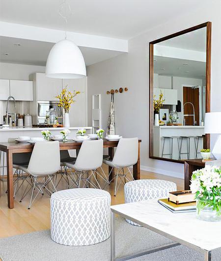 17 ideas de c mo colocar un espejo en el sal n de tu casa for Espejos grandes para salon