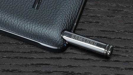 """Entre las patentes de Samsung: punteros que se """"autoexpulsan"""" y pantallas que se pliegan"""