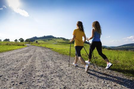 Nordic walking: el arte de caminar con bastones