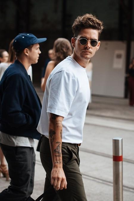 El Mejor Street Style De La Semana La Camiseta Blanca Se Impone Al Look Mas Formal Para El Verano 03