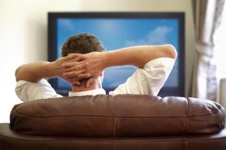 Lo que el exceso de sillón y televisión pueden hacer en tu cuerpo