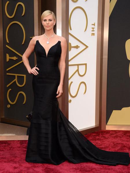 Charlize Theron, impresionante de negro, en los Oscars