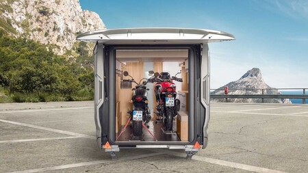 Con esta caravana Knaus puedes viajar con dos motos de gran cilindrada sin preocuparte por el peso
