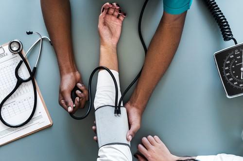 Hipotensión e hipertensión: ¿por qué aparece cada una de ellas y cómo se tratan?