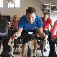 Cuatro rutinas para hacer de la bicicleta estática tu aliada al practicar cardio en el gimnasio