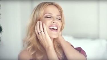 Joshua Sasse se viste de Elfo para el vídeo de Kylie. Esto es amor del bueno