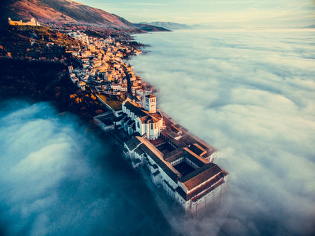 'Assisi Over the Clouds', de Francesco Cattuto (Italia)